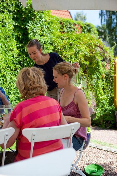Gäster ute i trädgården.