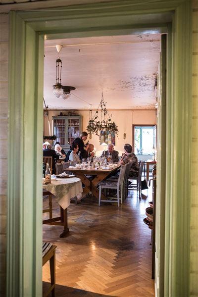 Middagsgäster i restaurangen.