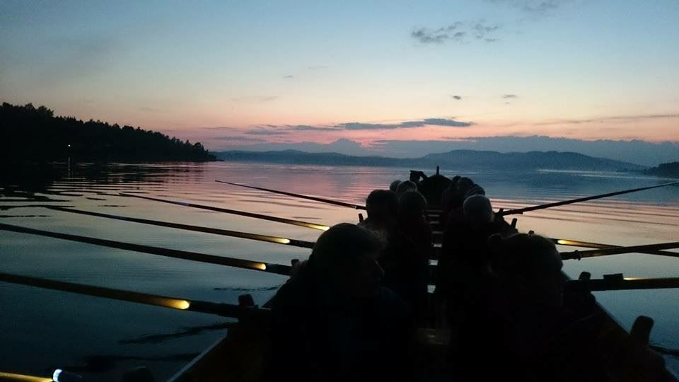 Månskensrodd kyrkbåt