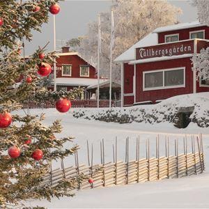 Tällbergsgårdens exteriör i vintermiljö.