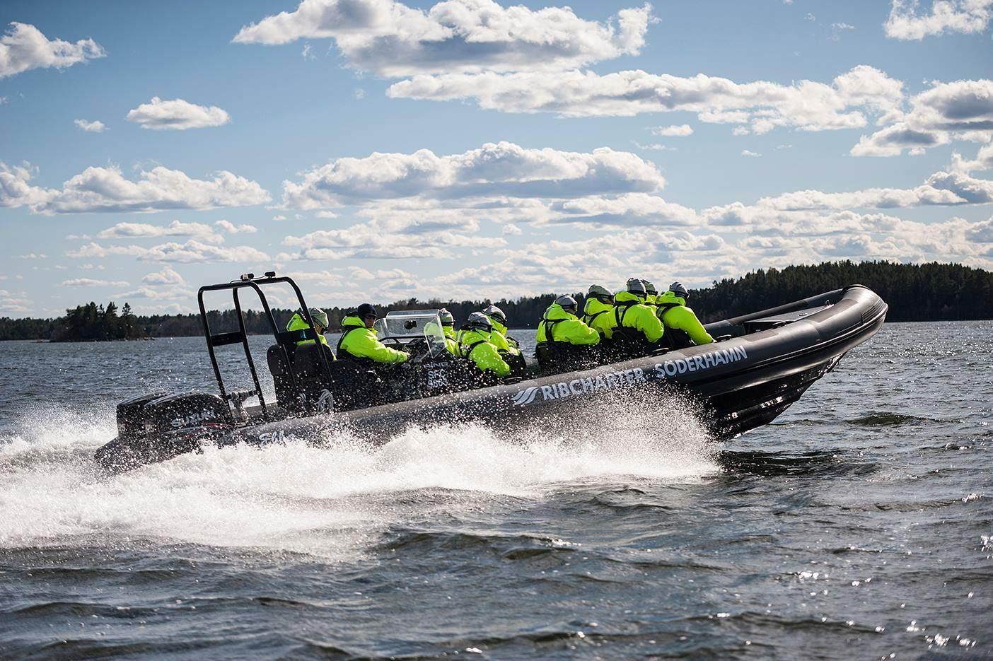 RIB båt till Storjungfrun. Fyr på ön är öppen