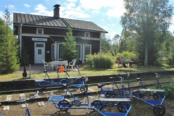 Dressiner uppradade framför gamla stationshuset.