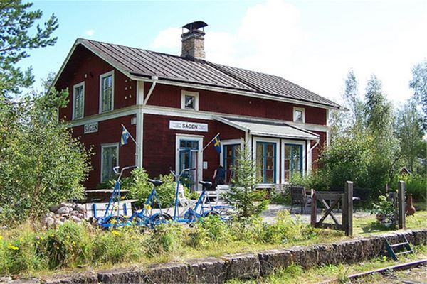 Rödmålade huset med dressiner framför.