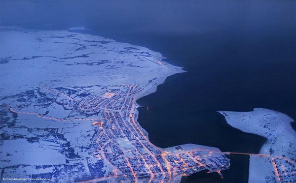 Flyfoto over Vadsø på vinterstid.