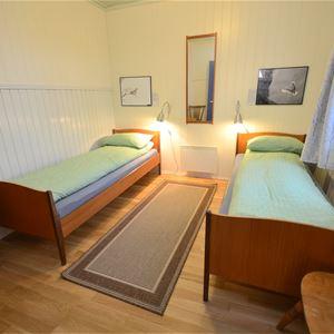 Bildet er tatt av soverommet i Emelie huset på Ekkerøy. Her er det to enkelt senger redd opp.