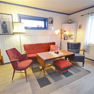 Bildet er tatt av stua inne i Emelie huset. Her er det sofa å to stoler hvor man kan sitte å slappe av.
