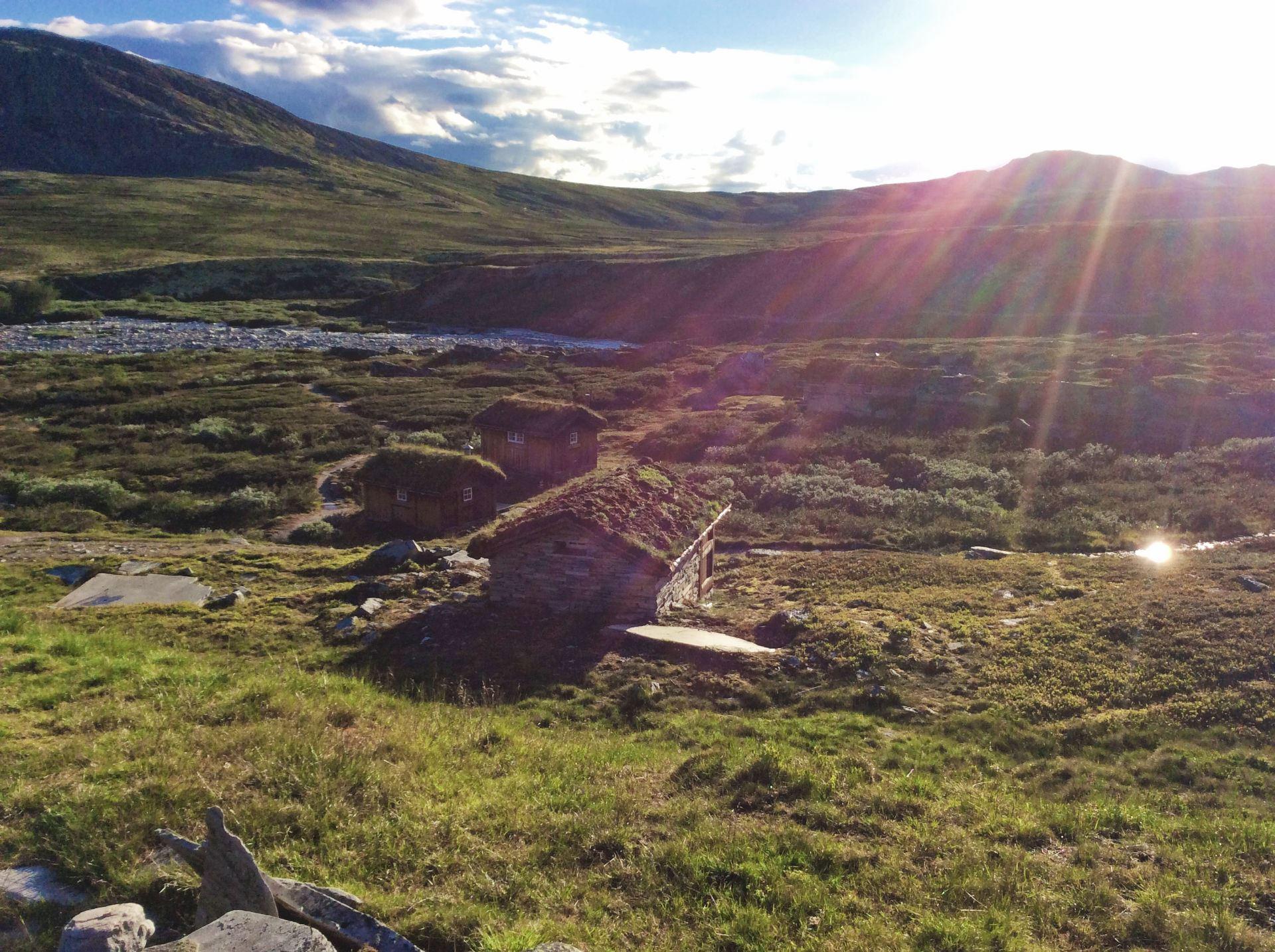 Nyt sommerens rømmevafler i solveggen hos Peer Gynt-hytta