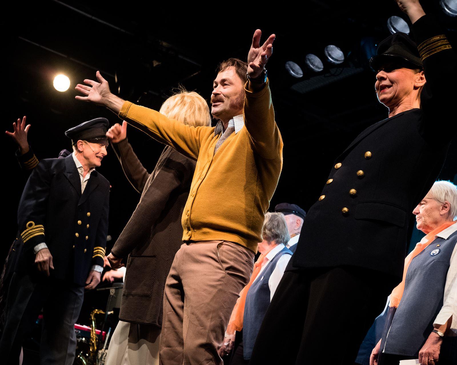 """Teater Bauer: """"Vanligt folk"""" – En revy med mycket hjärta och smärta. Till musik"""