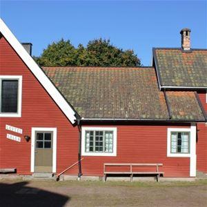Annexet. Rödmålat hus med vita foder.