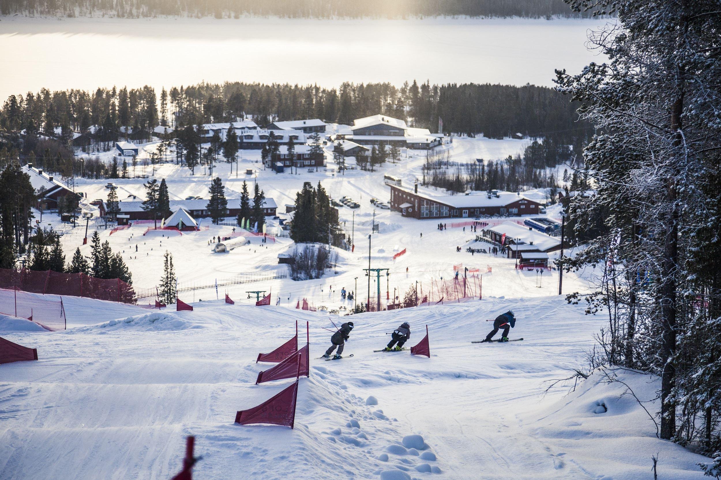 Skicrossåkare i skicrossbana