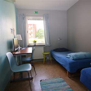 Rumstyp med två sängar.