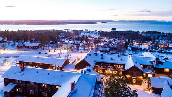 Flygfoto över Green Hotel en vinterkväll.