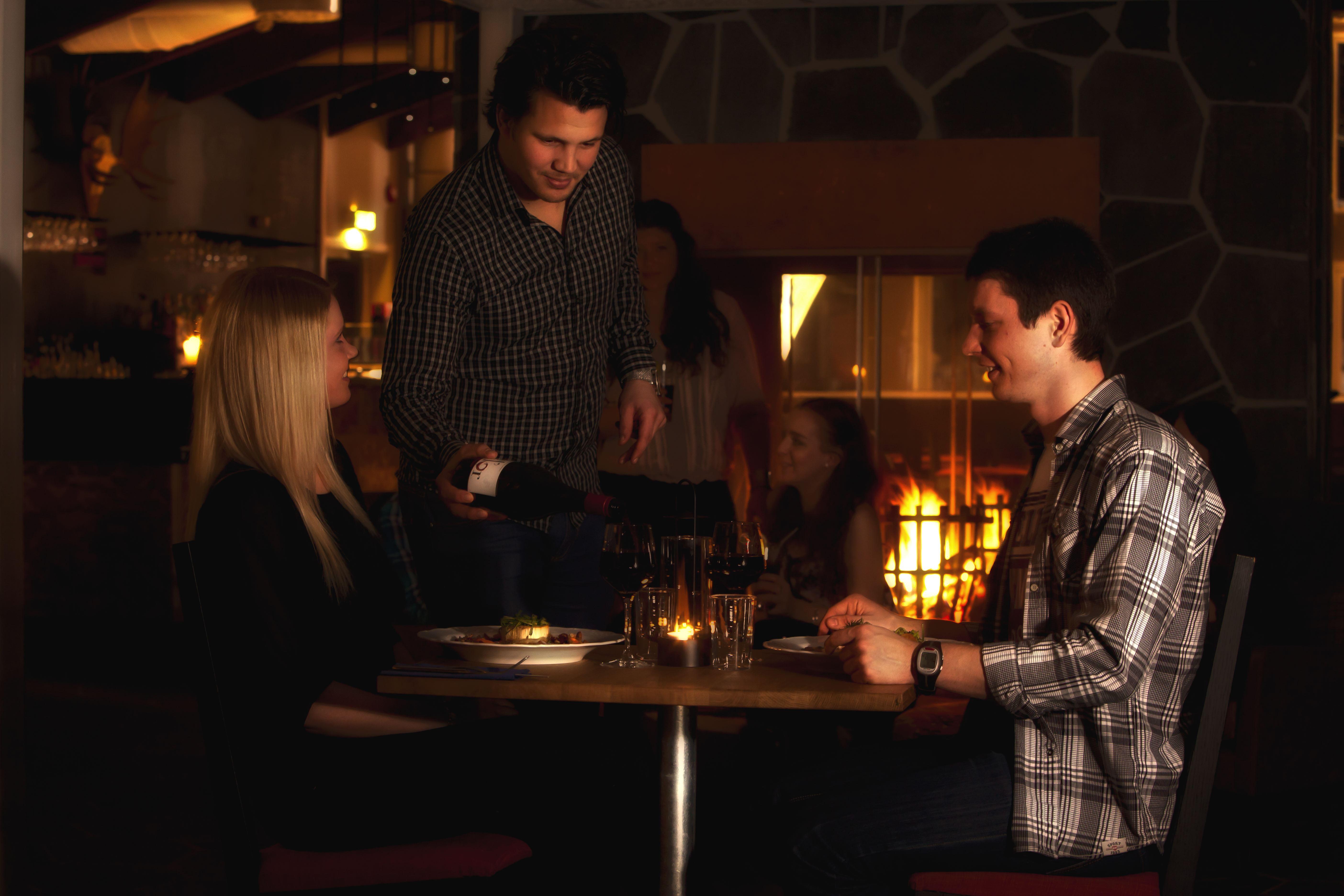 Ett par som äter middag på Hovärken.
