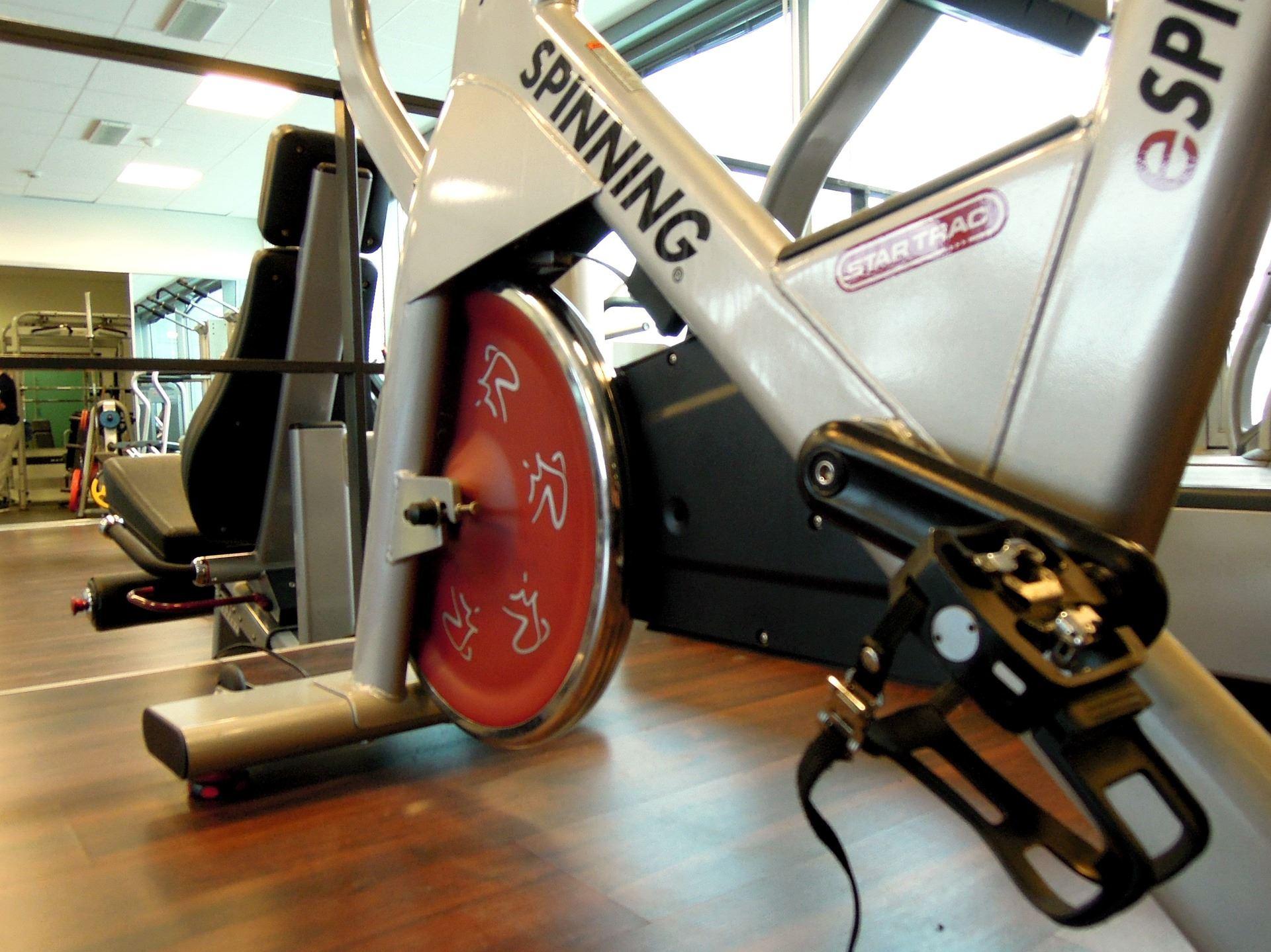 Träningsdag med motionscykel