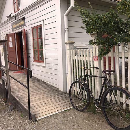 Foto: Visit Östersund,  © Copy: Visit Östersund, Cykel parkerad utanför ett hus