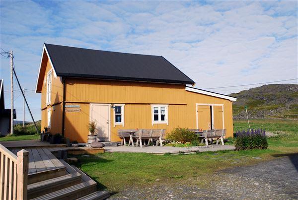 Bildet er at et gult hus, Kongsfjord gjestehus