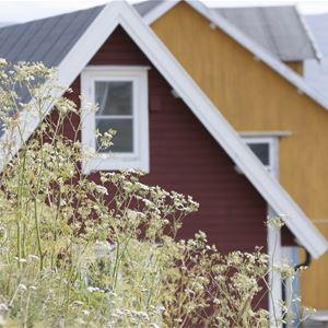 Bildet er av Månedskarbua i Kongsfjord som eies av Kongsfjord gjestehus. Det er et rødt lite sjarmerende hus.