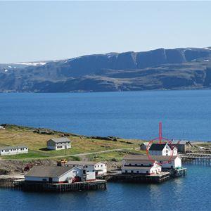 Bildet er tatt på god avstand av pakkhuset Lovisenborg. Du ser det lille fiskeværet Kongsfjord med hav foran å bak.