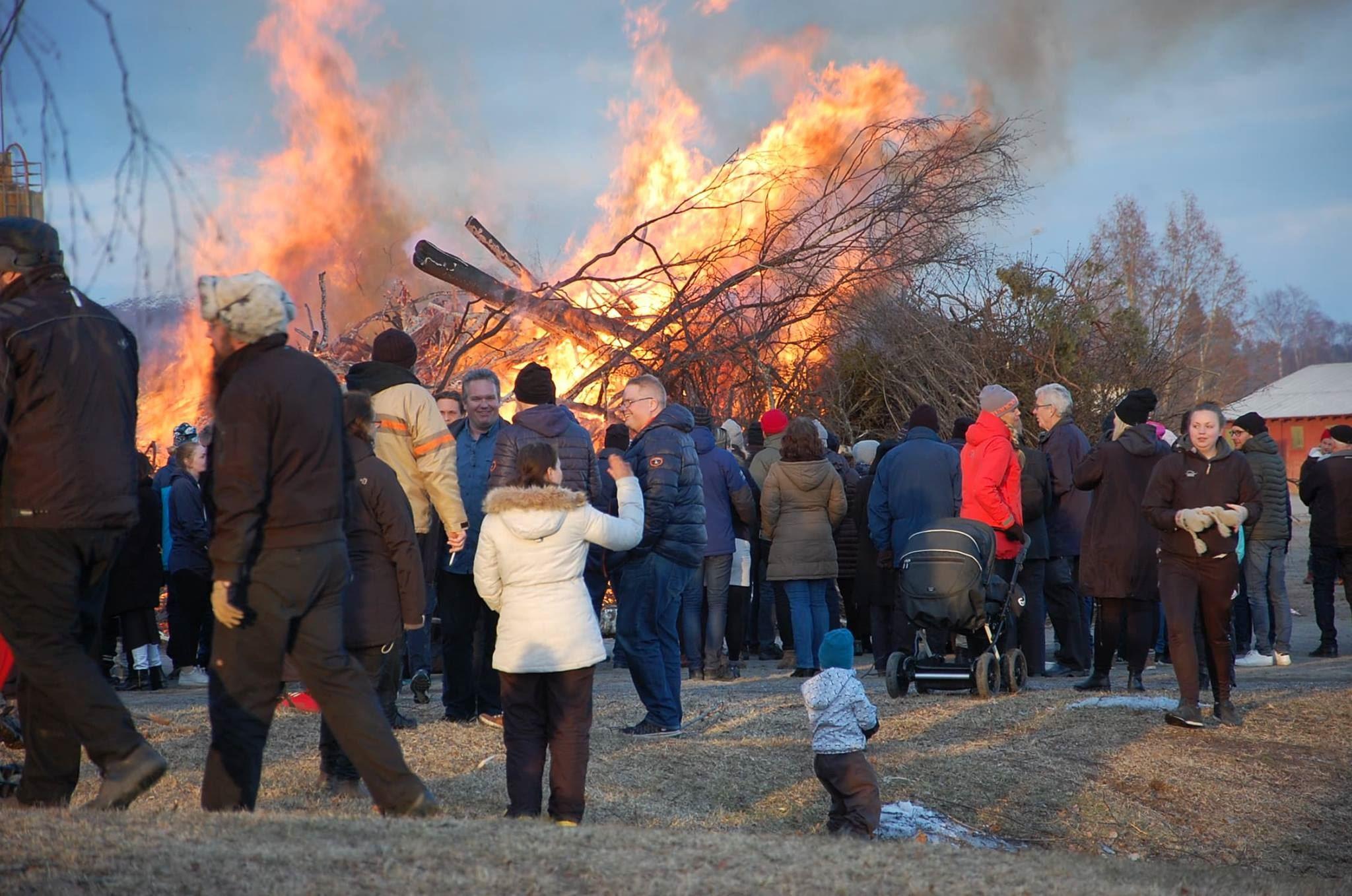 Valborgsfirande på festplatsen i Vännäsby