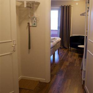 Öppen dörr till ett dubbelrum.