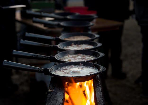 Foto: Hampus Wickström,  © Copy: Hampus Wickström, Pannor över eld med kolbulle