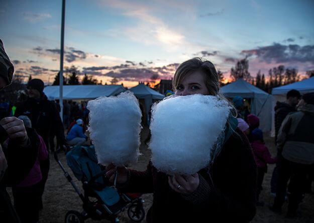 Foto: Hampus Wickström,  © Copy: Hampus Wickström, Tjej som har sockervadd