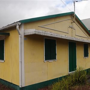 Entlang der kreolischen Häuser in La Plaine des Palmistes