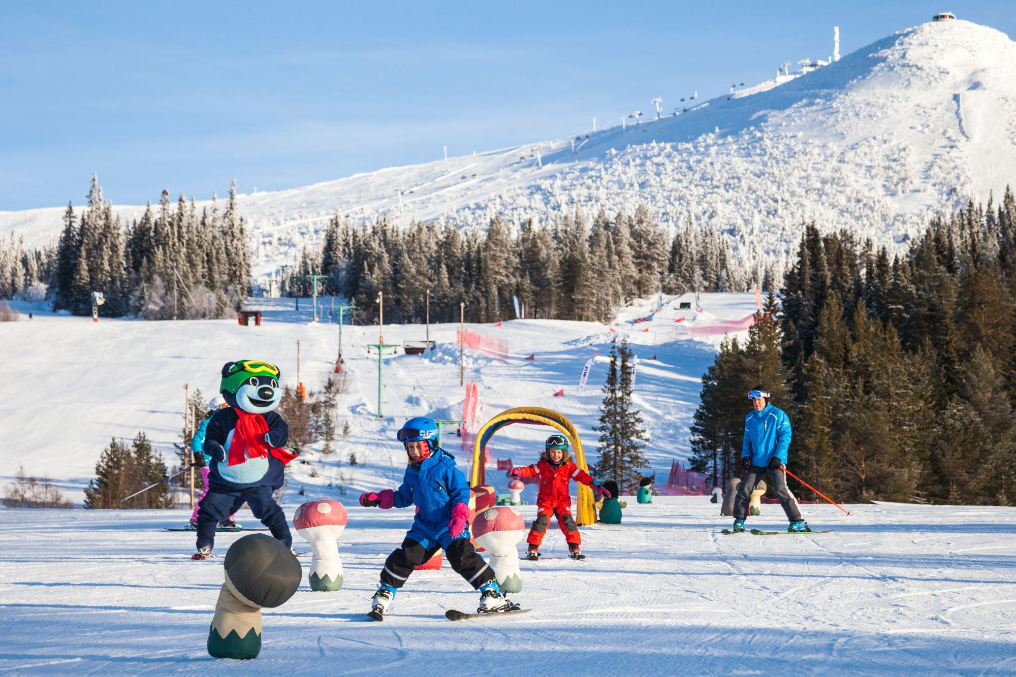 Loffe åker skidor med barnen
