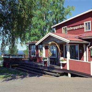 Exteriör av en somrig omgivning av hotellet Tällbergsgården.