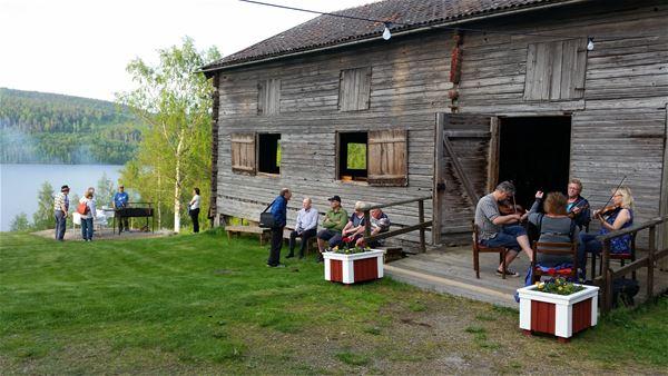 Kvällsstämma på Norrbo hembygdsgård - med spelmän och Small Grupp