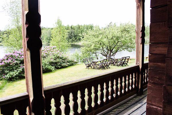 Linda Sjunnesson,  © Visit Blekinge, husets terass med utsikt över sjön