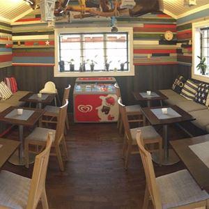 Bord och stolar inne i serveringslokalen.