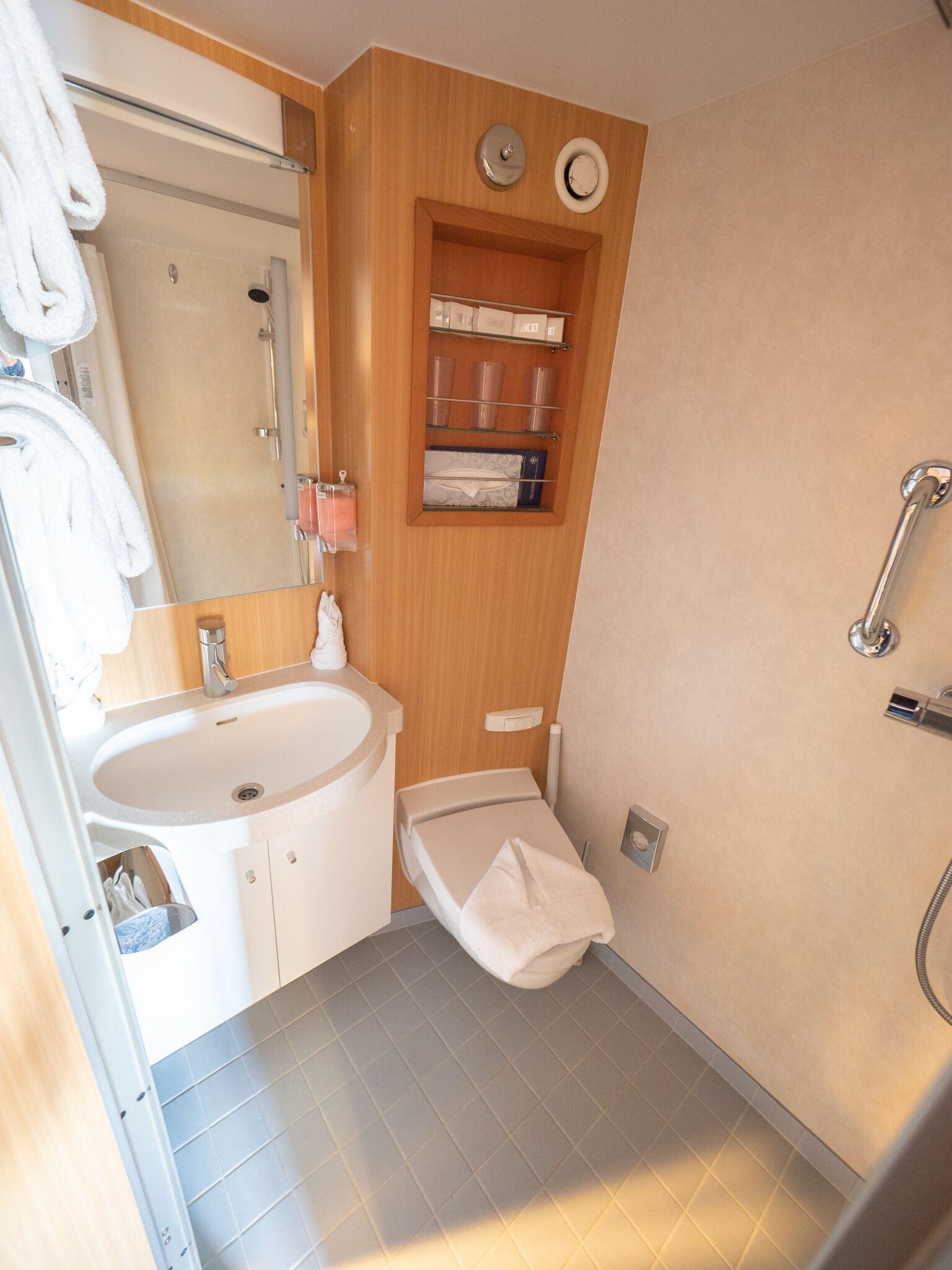 Triple cabin (upper/lower beds)