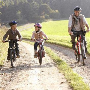 Pappa och barn som cyklar