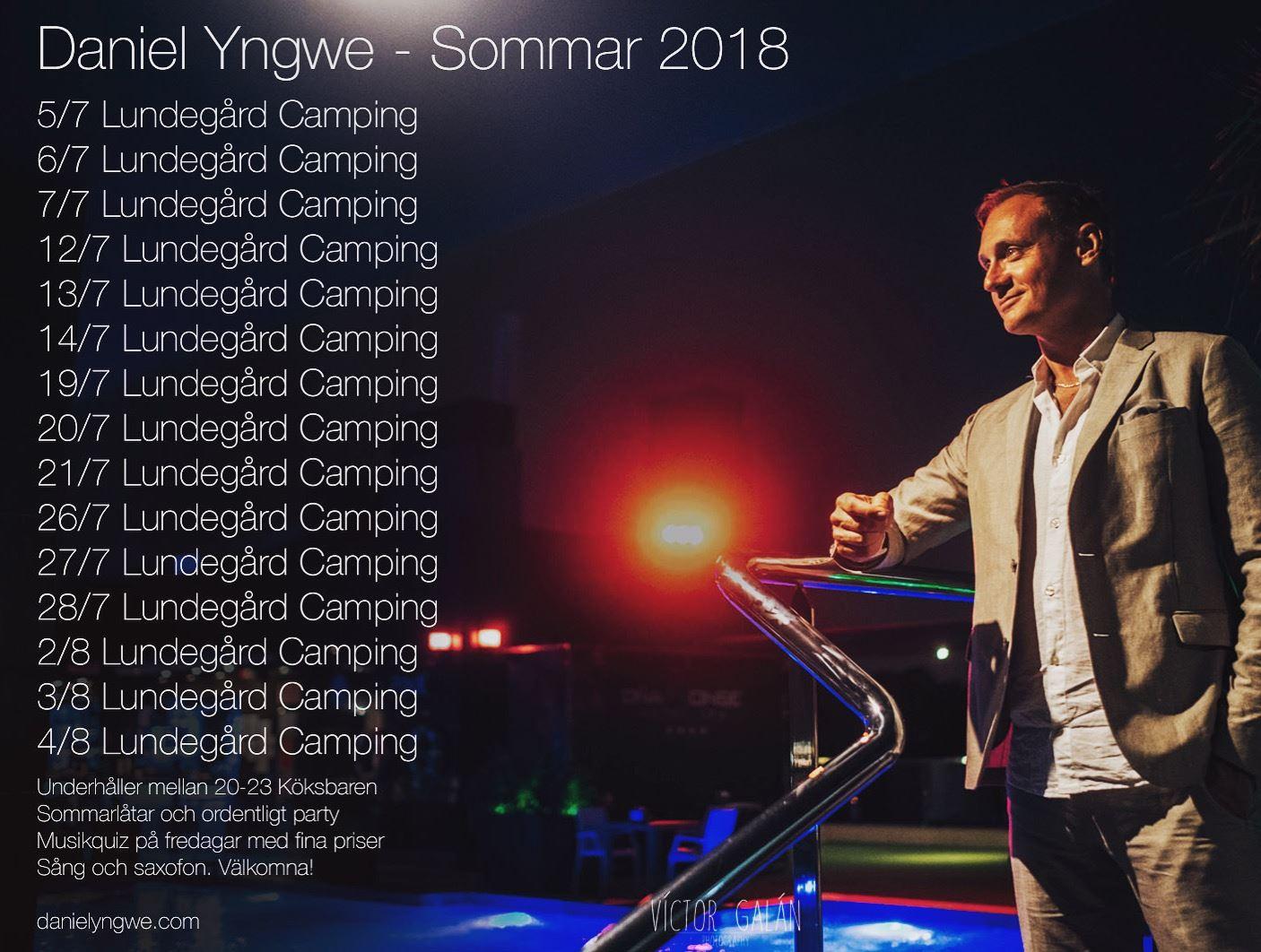 Daniel Yngwe underhåller med saxofon och sång