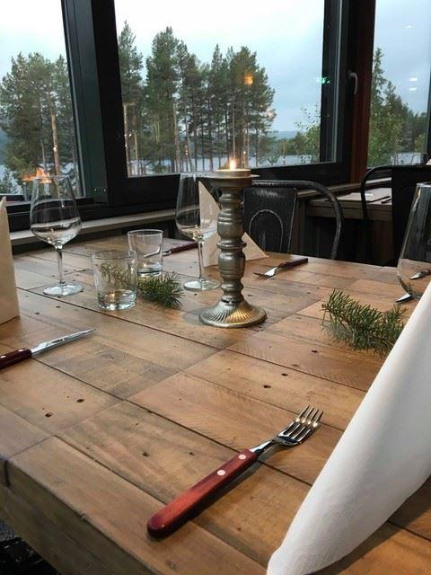 Uppdukat bord på Skoterköket