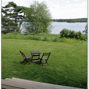 utsikt över sjön med trädgårdsböbler.