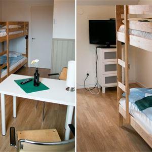 Rum med våningssäng och köksbord för två personer.