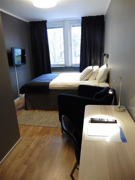 Hotellrum, dubbelsäng, skrivbord.