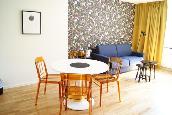 Hotellrum, sittgrupp, soffa.