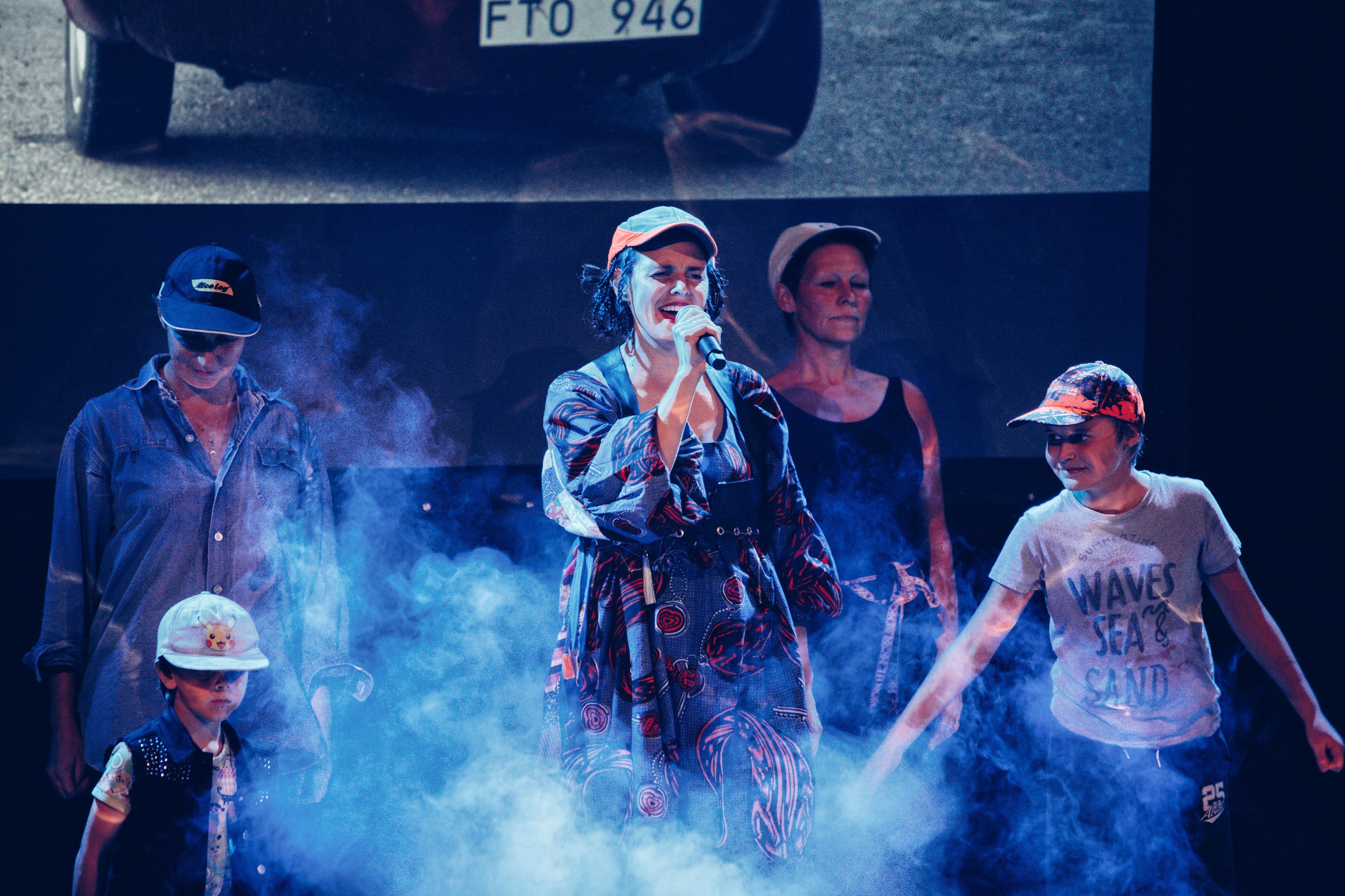 Max Tellving,  © teater, jättendal, Folkmusikens Queen B, teater, jättendal, Folkmusikens Queen B