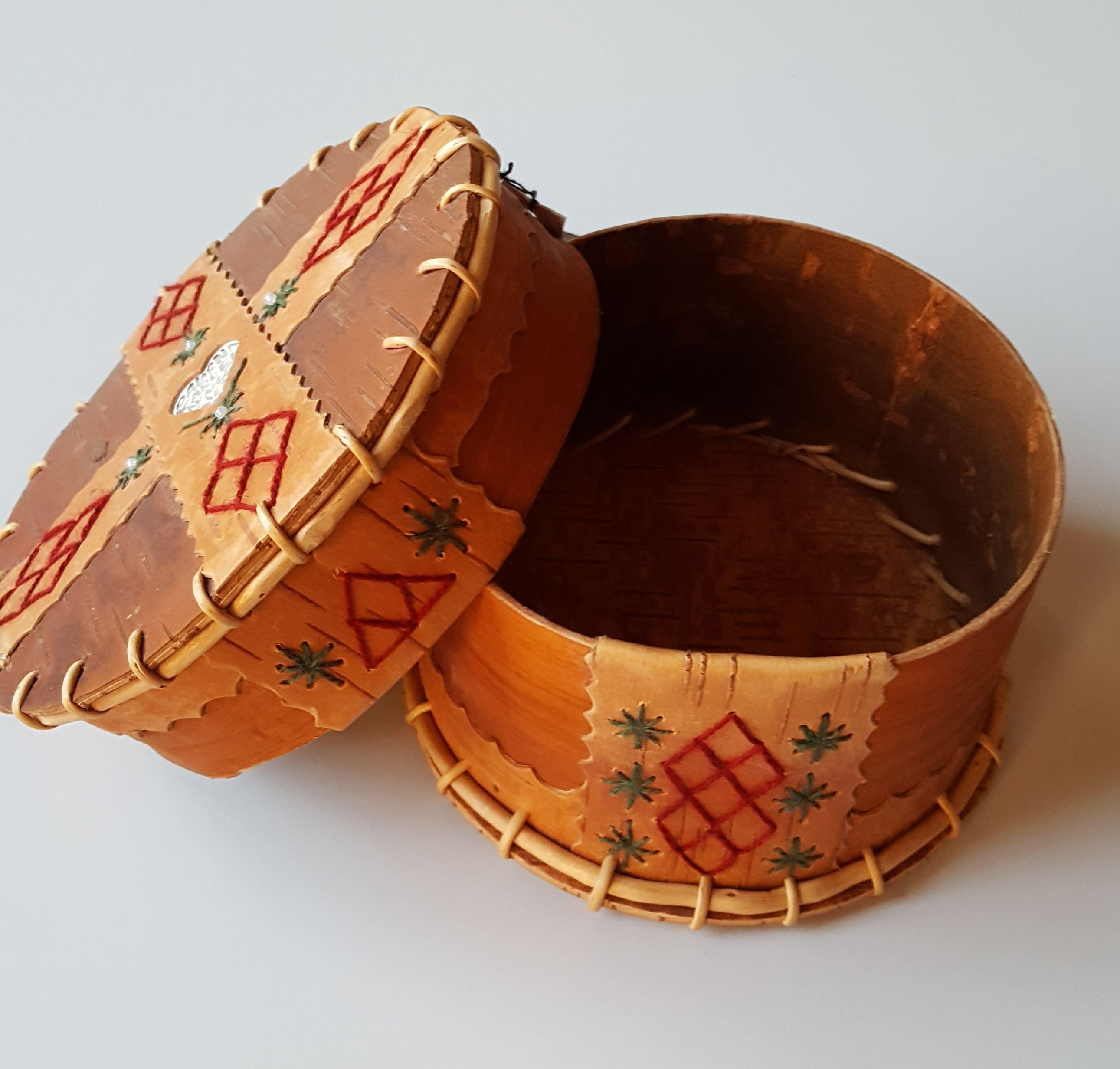 Eva-Lisa Krabbe, Ask av lönnbark med lock och dekorationer med rött och grönt garn, näver och rottrådar