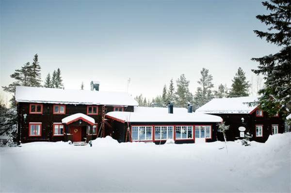 Olarsgården omgiven av snö.