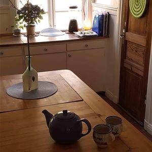 Köksbord med tekanna och koppar.