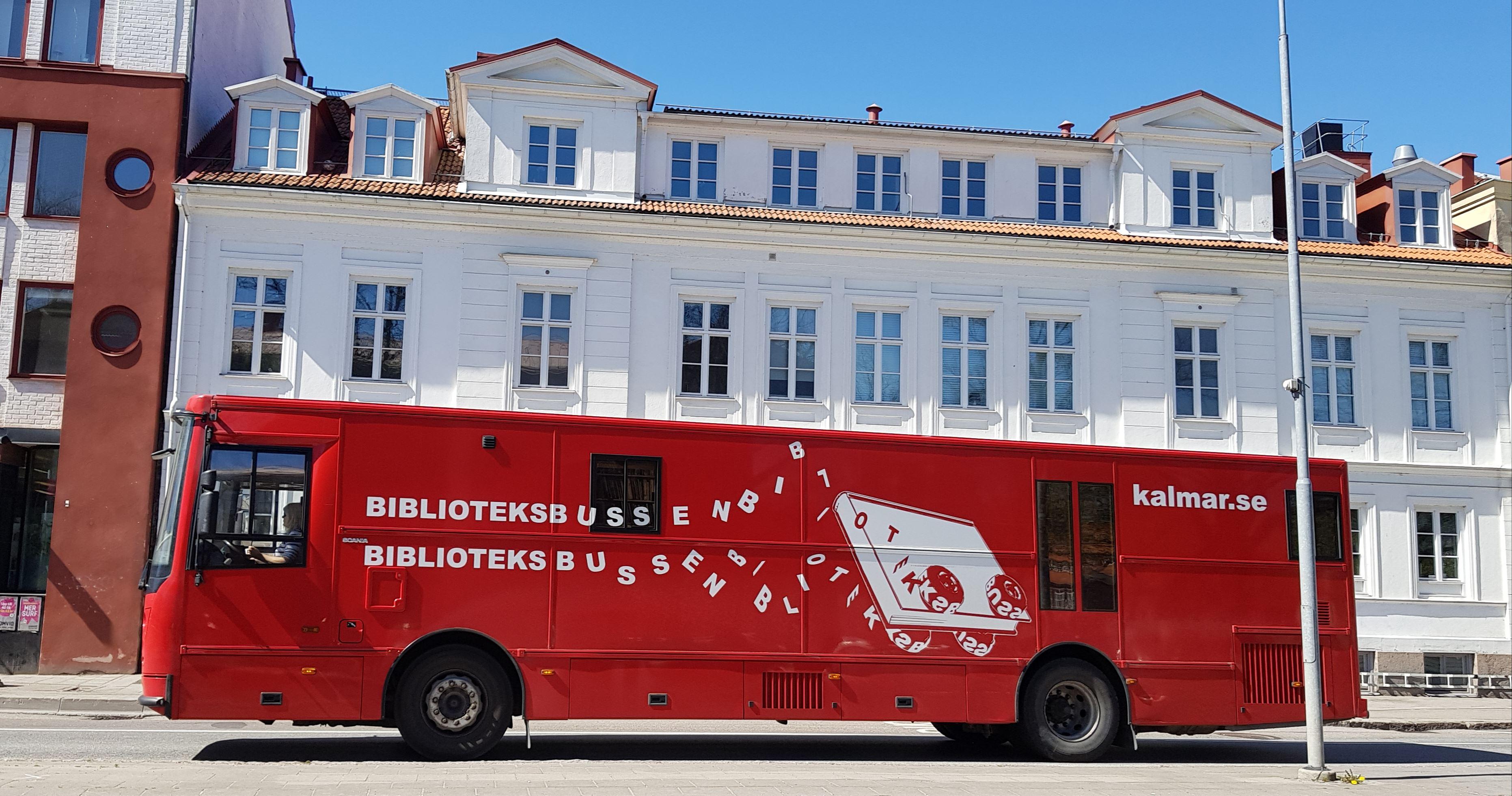 Låna böcker i biblioteksbussen