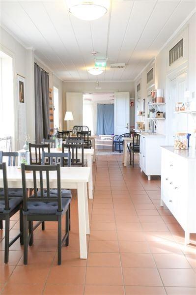 Matplatser i gång intill köket med fönster ut mot Falu Gruva