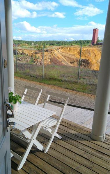 Veranda med bord och stolar ivid kanten till Stora Stöten vid Falu Gruva.