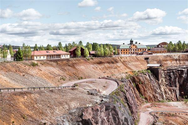 Vy från baksidan mot Gruvortens B&B, gul byggnad, som visar hur nära B&B ligger Falu Gruva och Stora Stöten.