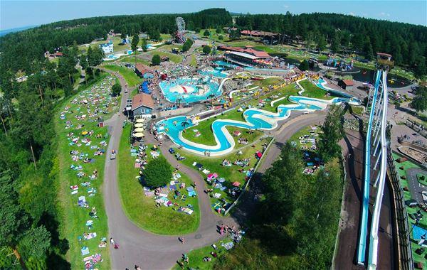 Flygfoto över temaparken med vattenrutschbanor och attraktioner.