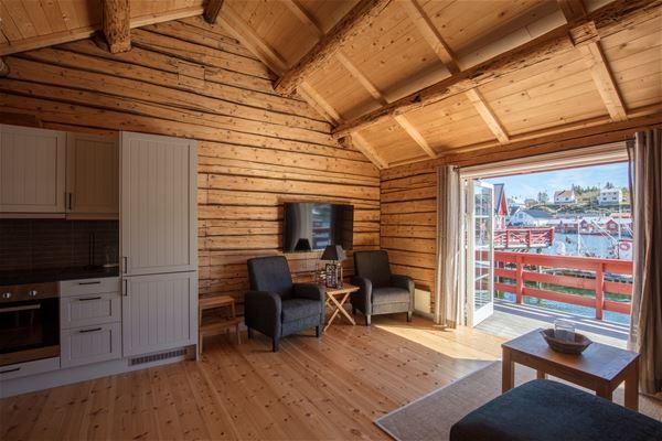 © Lofoten Rorbuhotell, Kjøkken og stue i en av rorbuene på Lofoten Rorbuhotell
